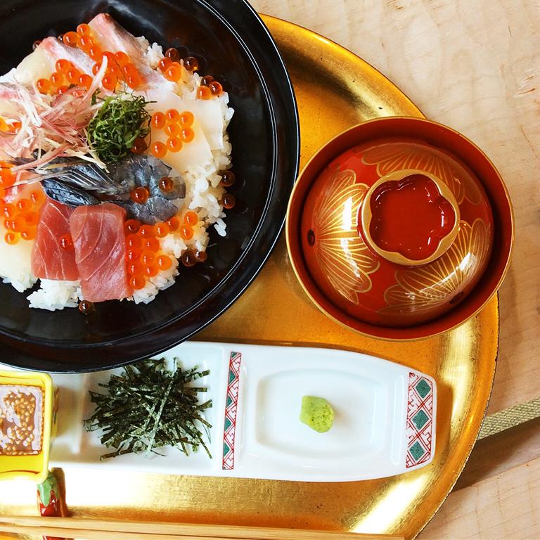 海鮮丼(まんぷく) 1,500円(税抜)